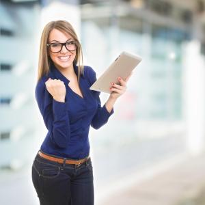Feliz empresaria joven con tablet